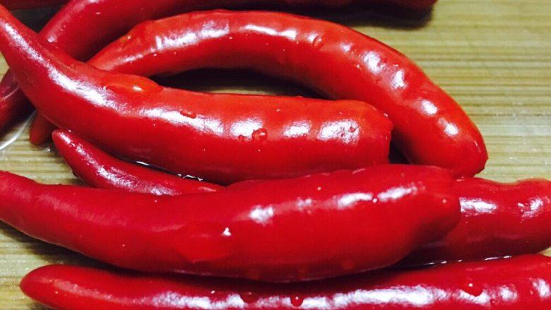 自创的肉蟹辣焖鲈鱼,洗干净辣椒