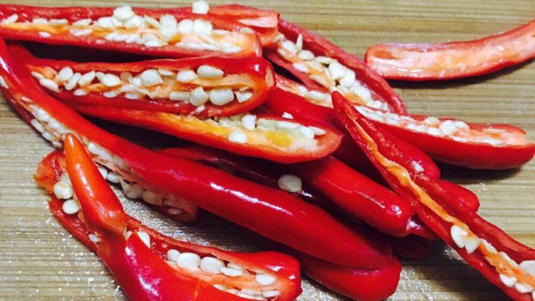 自创的肉蟹辣焖鲈鱼,对半切,因为切太小了在汤里,喝汤的时候就口感不好