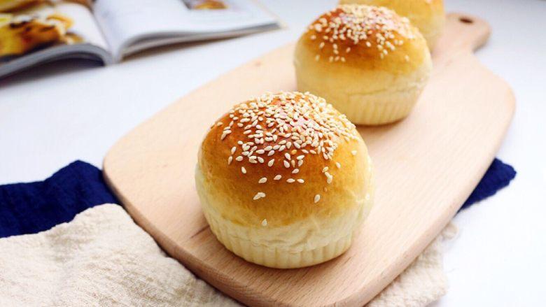 劲脆汉堡包,出炉就放到烤网上晾凉,准备待用