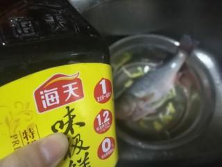 锡纸包烤鲈鱼,再加入少许生抽