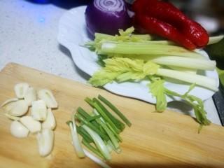 锡纸包烤鲈鱼,趁着腌制鱼的时间处理配菜,厨房里还有一点炒菜剩下的西芹我就没有用细芹菜,如果用细青芹菜颜色搭配会跟更漂亮