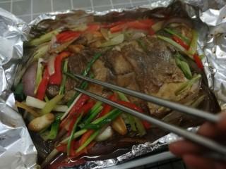 锡纸包烤鲈鱼,用筷子拨开蔬菜找到美味的鱼肉,先吃鱼后吃菜