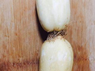 桂花糯米藕,莲藕两段清洗干净