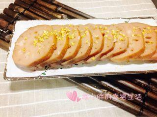 桂花糯米藕,炖莲藕的红糖水盛两勺加热变浓稠淋在藕上,撒上干桂花就可以了