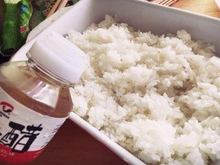 樱花寿司,米饭里拌入寿司醋。