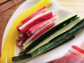 樱花寿司,黄瓜和大根切细条。