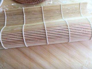 樱花寿司,寿司帘2分之1折起,成为水滴形,用手压紧定型。