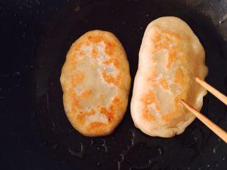韭菜盒子 (家庭经典版),擀好面皮后就可以开始包韭菜盒子啦,我一开始包了两种造型,一个椭圆形,一个月牙形,后来觉得月牙形不好看就把它在拍照前吃掉啦😂提示一下大家,我是开始包的时候才往韭菜陷里面放盐调味的,因为如果提前放盐,韭菜会出水,这样不容易包,还有大家切记包的时候封口前记得把里面的气放掉,不然煎的时候容易鼓起气泡影响美观🥙🥙🥙包好后,平底锅倒入底油,油热但还没有冒烟时就可以下锅煎了,保持中小火(我用的电磁炉控制在130度),不然表皮容易焦