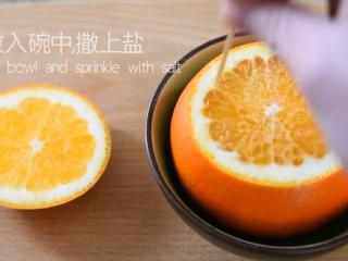 最好的止咳方法——盐蒸橙子,放入碗中,撒上盐,用牙签戳小孔