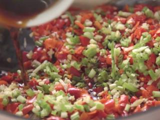 无水版剁椒鱼头,向锅中撒入葱姜碎,鳞伤蒸鱼豉油,浇热油,完成!