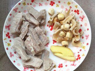 雪梨苹果瘦肉汤,焯水好的瘦肉洗净,干百合,干莲子洗净,生姜切片。