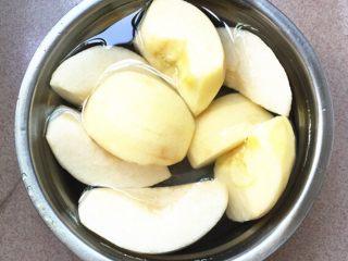 雪梨苹果瘦肉汤,雪梨,苹果去皮,切块去果核,用淡盐水浸泡备用。