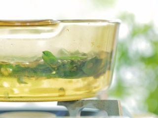 芙蓉面线汤,菠菜焯熟。先焯根茎,再焯嫩叶。