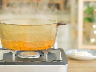 芙蓉面线汤,煮一锅水,水开后倒入胡萝卜丝,煮约1分钟。如果是胡萝卜蓉的话,煮的时间可以再短点。