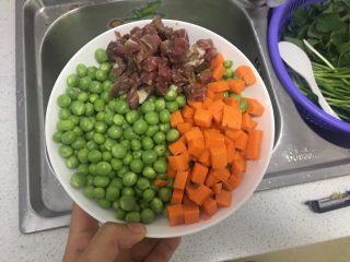 腊味豌豆,豌豆洗干净,胡萝卜切丁,腊肉切丁。