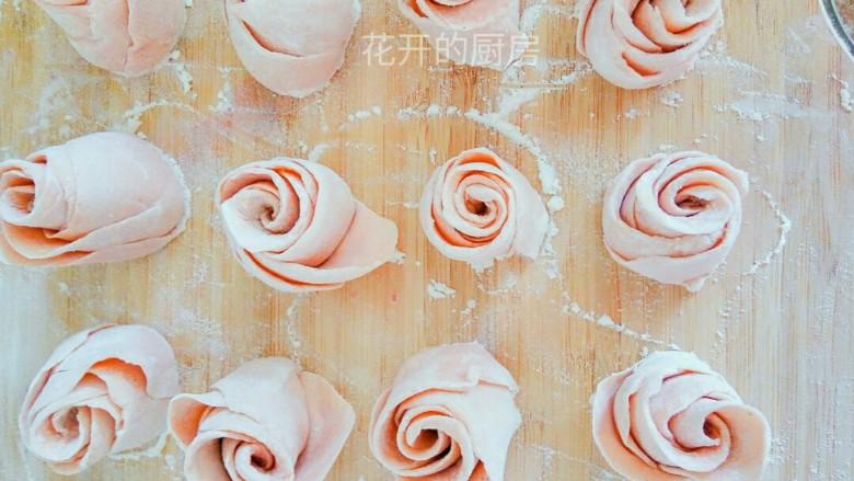 美丽的花馍馍,如果喜欢面花型饱满的,可多加两三片面皮. 如果喜欢盛开的面花,可将花瓣往外稍微得翻一翻,整整型,好看!