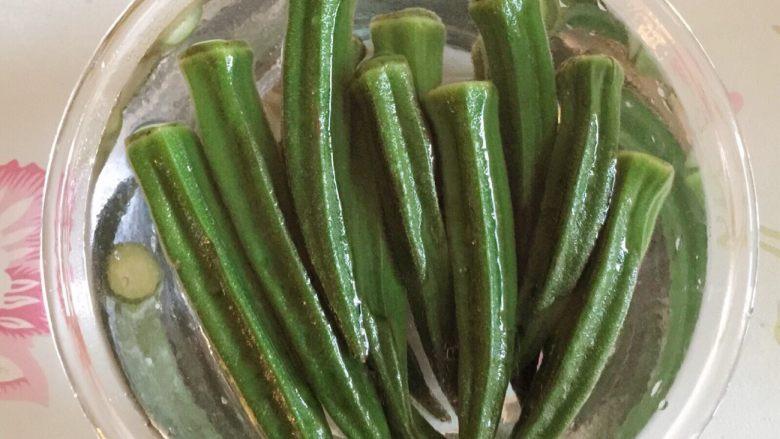 原汁原味的凉拌秋葵,汆熟的秋葵直接捞出放入干净的凉白开水中过水