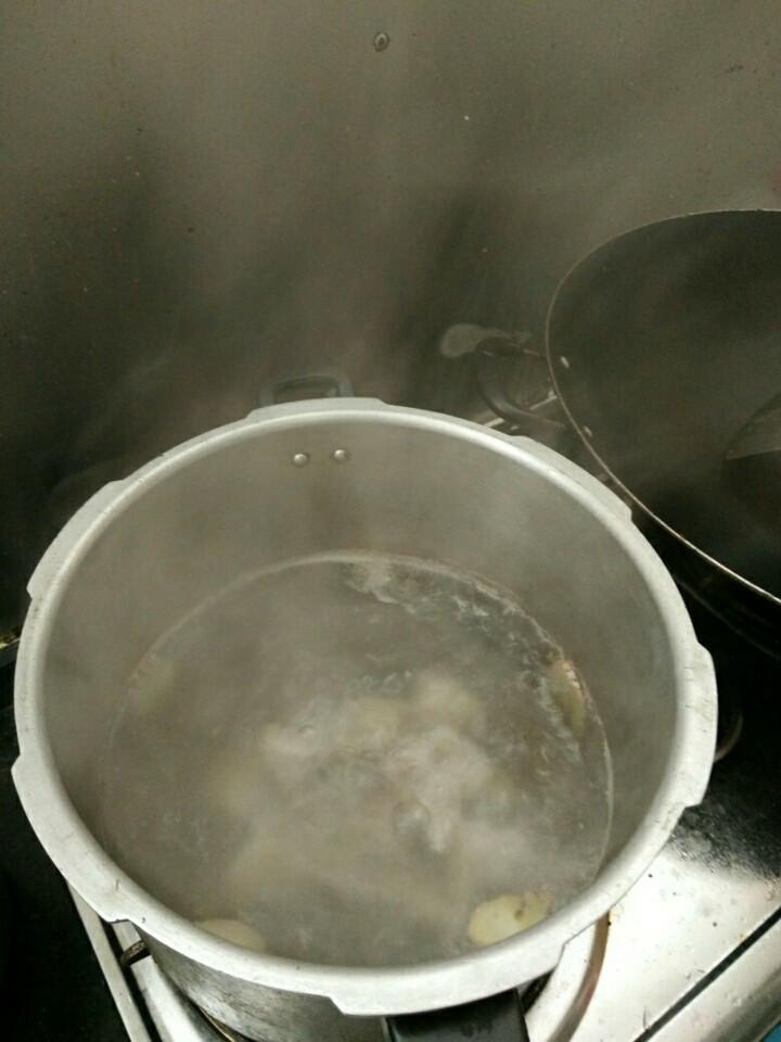 猪尾巴花生木瓜汤,猪尾巴下锅加水放入姜片,煮沸去血沫