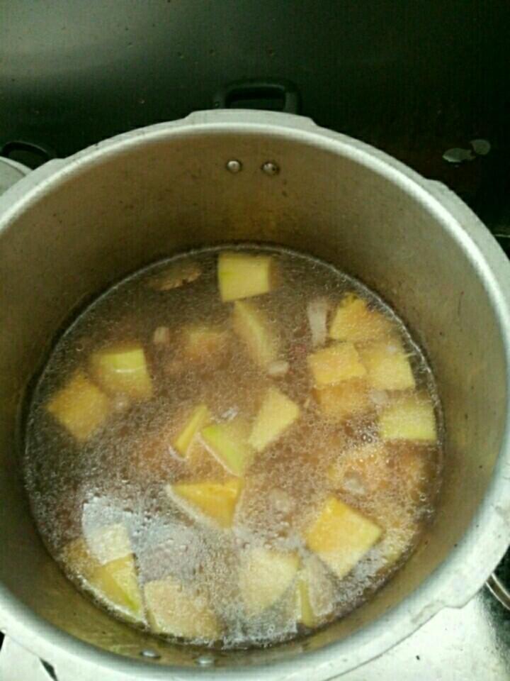 猪尾巴花生木瓜汤,加入木瓜继续煲3分钟,ps:木瓜易烂不用煲太长时间(高压锅外的煲5至10分钟,待木瓜熟透就好)
