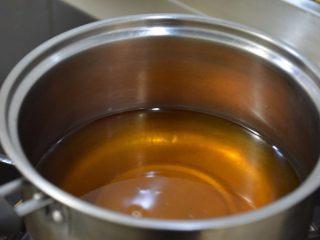 【自制安心油条 】,其实并不难~,锅里放入油,温度在180-200度之间~ 可以先用一点面团试一下油温,丢入面团能很快浮起来就差不多~