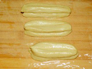 【自制安心油条 】,其实并不难~,两段的顶头用手捏捏,整理一下形状~ 为了省油,我用奶锅炸制,所以做的比较短~ 大约是粗细为厘米,长度在8厘米左右~