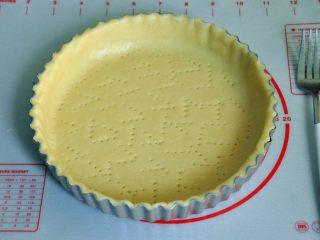 菠萝派,用叉子或者牙签在派皮上扎上小孔,避免在烤的过程上派皮膨胀。