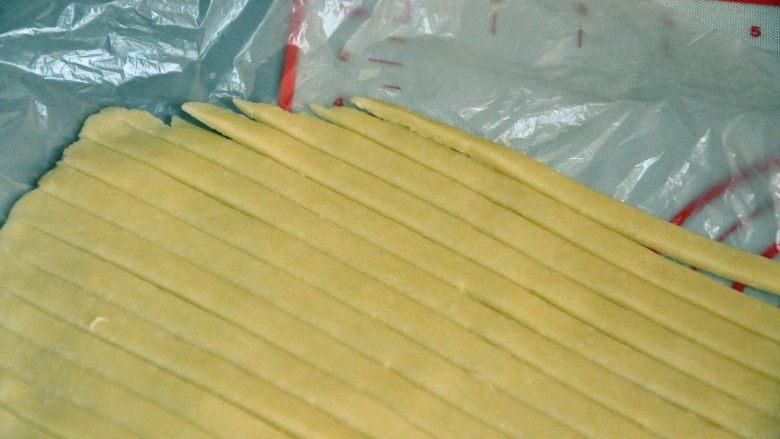 菠萝派,将剩下的派皮也擀成薄片,切成条。