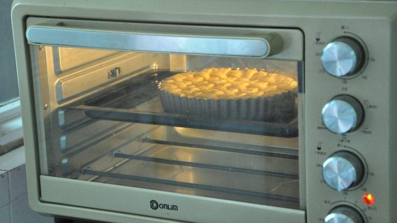 菠萝派,放进提前预热好的烤箱,180度烤25分钟,烤到表面金黄为止。