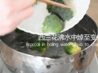 防抗癌明星蒜蓉西兰花,怎么样做才好吃?,西兰花沸水中焯至变绿