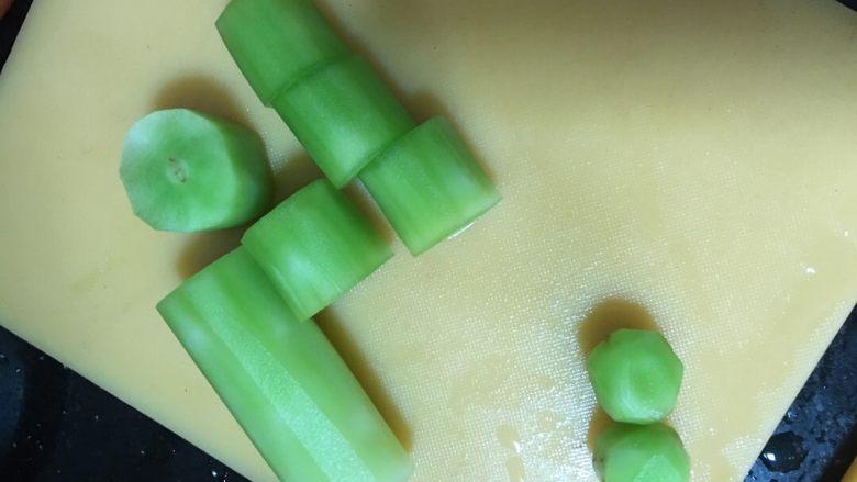 蔬菜丸子汤,<a style='color:red;display:inline-block;' href='/shicai/ 124'>莴笋</a>切成一小段小段的