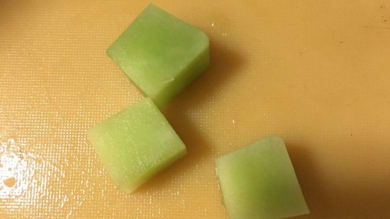 蔬菜丸子汤,再用上述水果刀刨成四方形