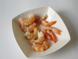 虾仁韭菜厚蛋饼,煮好的虾去掉头部和壳,用牙签挑去虾线备用
