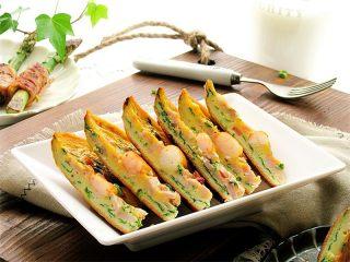 虾仁韭菜厚蛋饼,也可以切成块,食用起来更方便