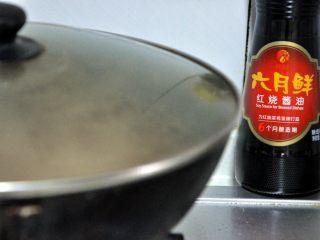 黄豆烧猪蹄,盖上锅盖小火慢炖,中途根据情况加一次水,避免糊锅。整个过程大约一个半小时。