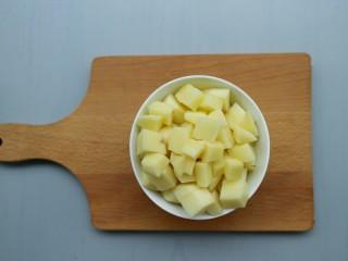 排骨土豆焖饭,土豆切丁备用