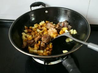 排骨土豆焖饭,然后将土豆倒入锅内,接着在加入生抽、老抽、鸡粉以及热炒鲜露。颜色炒匀即可。