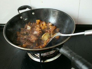排骨土豆焖饭,接着在加入一块浓汤宝。翻炒融化即可(这个必不可少)。
