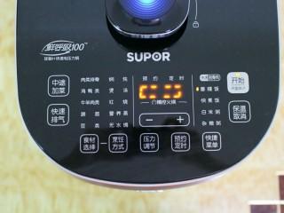 排骨土豆焖饭,然后我们盖上锅盖,记得把开合按钮,旋转至关闭的那一边,接着我们选择香糯饭功能,然后在按开始键就可以了。