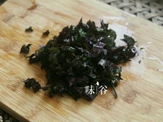 紫苏炒青口,紫苏洗干净后切碎待用。