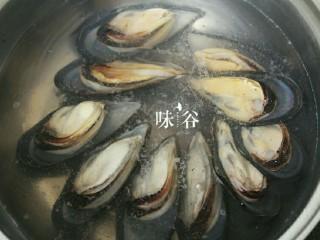 紫苏炒青口,水烧开后把青口贝倒下锅。