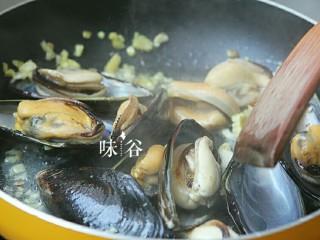紫苏炒青口,然后倒入青口贝爆炒。