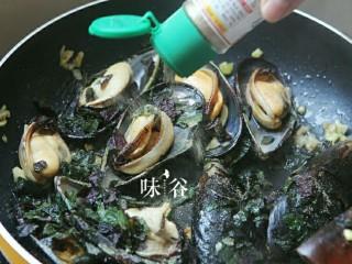 紫苏炒青口,洒入胡椒粉。