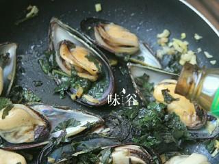 紫苏炒青口,倒入蚝油,再加大半碗水翻炒至完全收汁即可关火.