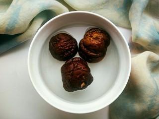 笋香肉段,提前把香菇洗净,用温水泡发。