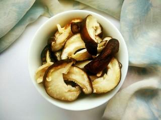 笋香肉段,香菇泡好后,切成厚片。