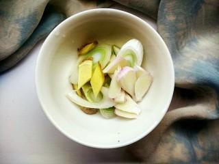 笋香肉段,再准备少量的葱姜和两瓣蒜,切成片状待用。
