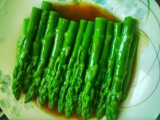 蒜香芦笋,将熬好的汤汁浇在摆好盘的芦笋上
