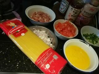 意大利面,备料:意大利面、肉沫、去皮西红柿切丁、两个鸡蛋、半个洋葱、若干葱花、番茄酱、牛肉酱、蚝油