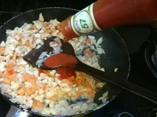 意大利面,炒拌肉沫洋葱西红柿成色变嫩,倒入番茄酱