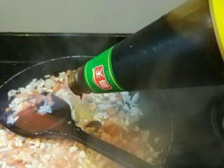意大利面,肉沫西红柿洋葱成糊倒入蚝油继续炒